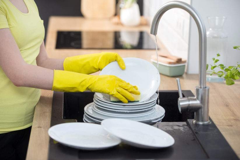 حيل لتنظيف أواني الطبخ