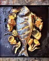 قدّمي طبق السمك المشوي مع شرائح البصل والبطاطا والثوم والليمون المشوية الى جانبها ليبدو أكثر شهية على المائدة.
