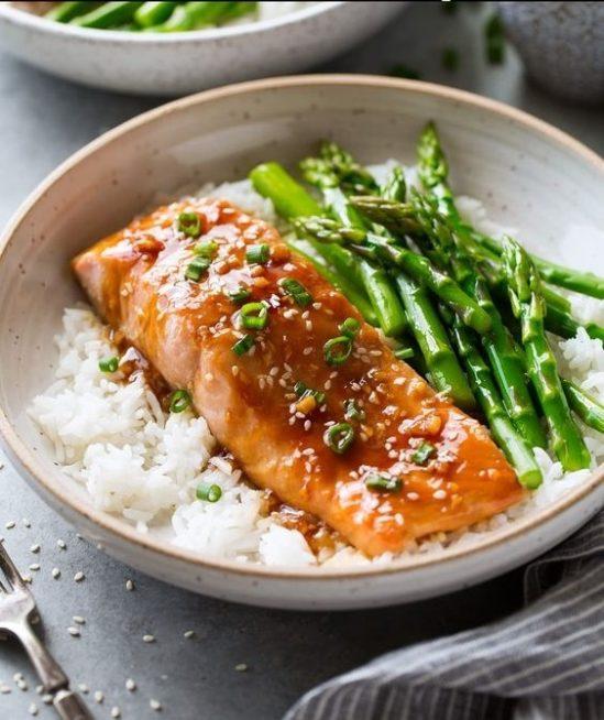 من الطرق المبتكرة في تزيين طبق السمك وتحديداً السلمون هو تقديمه مع الارز الابيض اسفله والى جانبه بعض قطع الهليون المسلوقة.