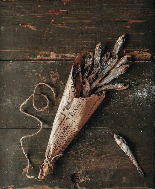 يمكنك أن تكوني اكثر ابتكاراً في تزيين طبق السمك من خلال صنع لفافة من الجرائد ووضع السمك في داخلها وتقديمها على المائدة.