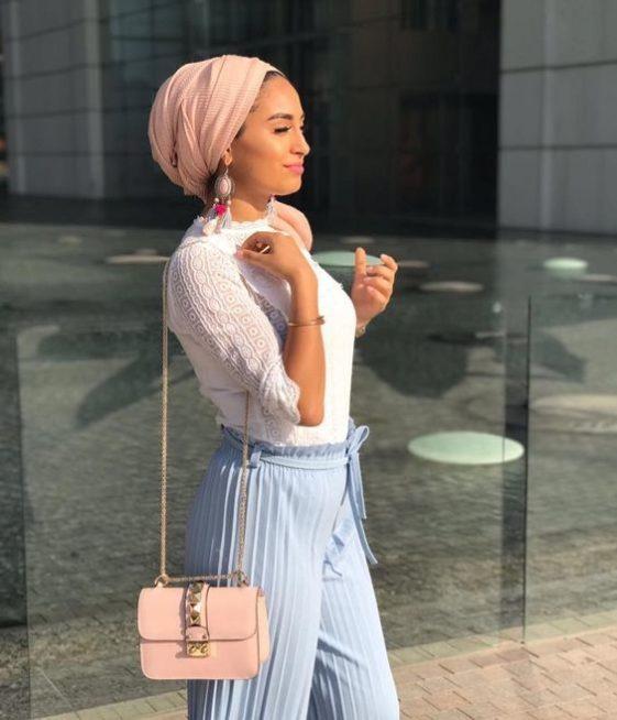 اسلوب مبتكر في لف الحجاب على طريقة التوربان، ويمكن أن تنسّقي معه الاقراط الطويلة التي تعزّز أيضاً جمال اللوك العصري.