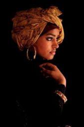 لتبرزي جمالك العصري بالحجاب، يمكنك اعتماد اللفة على الطريقة الافريقية التي تعتبر من اللفات الملفتة والمبتكرة.