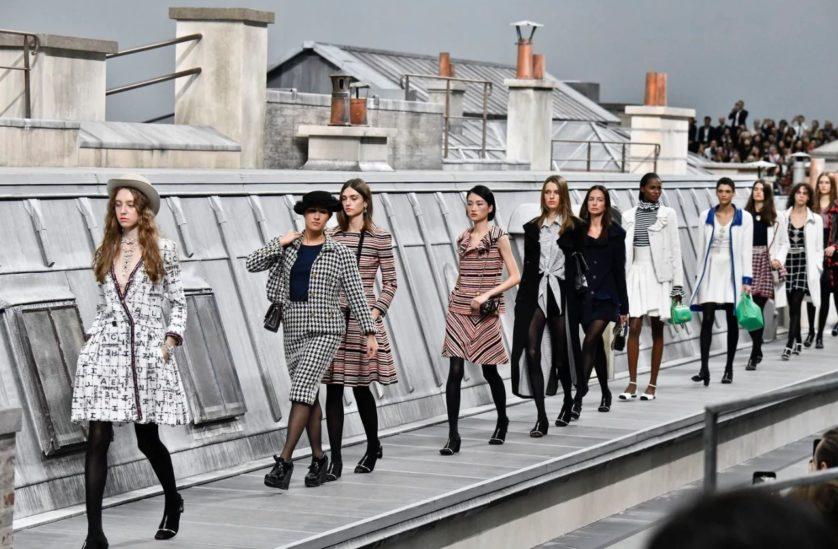 امراة تقتحم عرض أزياء شانيل في باريس - أنوثة