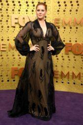 تساءل خبراء الموضة عن هذا الخيار الذي قامت به النجمة آيمي آدامز، هي المعروفة بأناقتها! فهذا الفستان الفينتاج من فيندي لم يليق بها أبداً سواء من ناحية اللون أو القصّة.