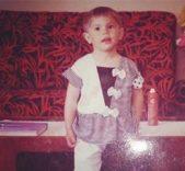 """<p dir=""""RTL"""">نشرت النجمة ديميت اوزدمير بعض الصور النادرة لها خلال طفولتها تعبيراً عن مرور الوقت بسرعة كبيرة وتغيرها منذ ذلك الحين لغاية اليوم.</p>"""