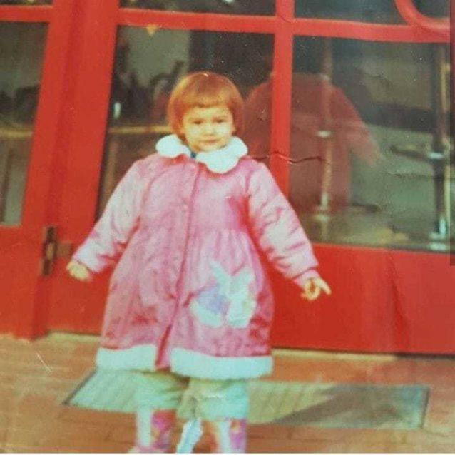 """<p dir=""""RTL"""">في طفولتها عاشت ديميت التي ولدت في العام 1992 في مدينة كوجالي التركية ولكن بعد انفصال والديها انتقلت للعيش في اسطنبول.</p>"""