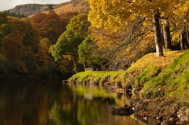 <strong><strong>بيتلوشري - اسكتلندا<br /> Pitlochry - Scotland<br /><br /> </strong></strong>تتمتّع مدينة بيتلوشري الاسكتلندية بطبيعتها الخلابة وخصوصاً خلال فصل الخريف، حيث تبرز ألوانه الدافئة وتنعكس بطريقة ولا أروع على مياه البحيرات الرائعة.