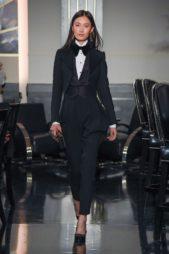 تألق رائع بالبدلة النسائية السوداء المنسقة بطريقة متقنةمع القميص الابيض والجيليه السوداء والبلايز التاكسيدو.