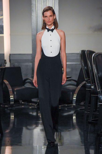 جمبسوت انيق باللونين الابيض والاسود ذات الاكتاف المكشوفة مع ربطة العنق على شكل عقدة عند الياقة العالية.