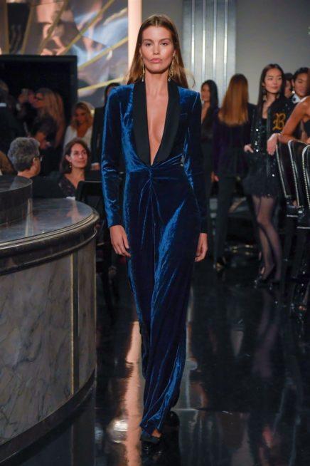 سحر المخمل باللون الازرق الداكن في هذا الفستان الملائم للسهرات والامسيات الراقية والفاخرة حيث يتميز بقصته المستقيمة والفتحة V الواسعة عند الصدر.