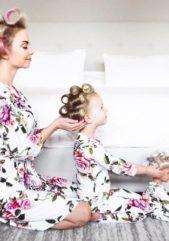 لا تترددي بإلتقاط هذه الصورة الطريفة مع طفلتك الصغيرة، بعد إلباسها ودميتها ثياب نوم متناسقة مع ثيابك، تصفيف شعرها بالطريقة المميزة التي تعتمدينها والجلوس معها بالشكل الملفت الذي تلاحظينه في الصورة.