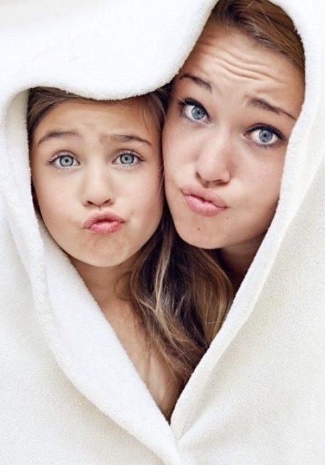إحصلي على صورة طريفة جداً مع طفلتك بعد لفّ المنشفة حول رأسيكما وتطبيق تعبير وجه مضحك كالذي تلاحظينه في الصورة.
