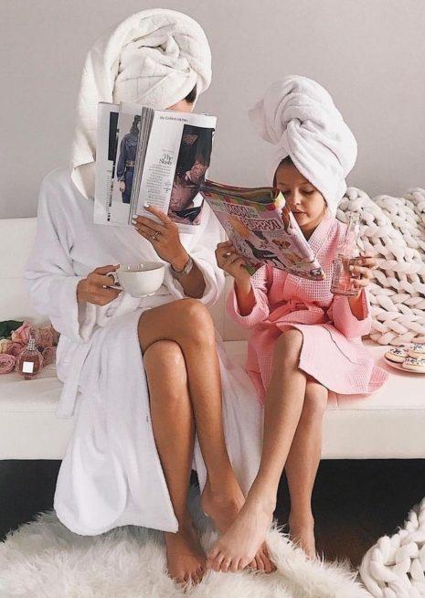 إدعي طفلتك لقضاء أوقات مسلية معك بعد الإستحمام، وإلتقاط صورة طريفة وأنتما تطالعان المجلات.