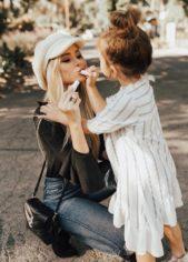 احرصي على إلتقاط صورة طريفة وملفتة تجمعك بطفلتك الصغيرة أثناء تطبيق أحمر الشفاه بشكل متبادل.