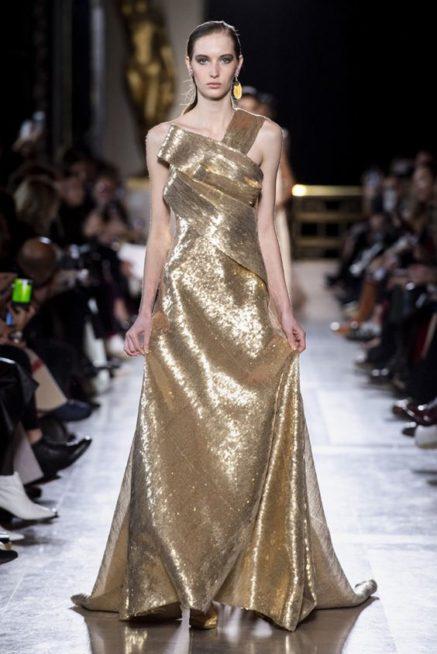 <p><strong>Elie Saab - ايلي صعب</strong></p> <p>في سهراتك هذا الخريف اختاري الفستان اللماع باللون الذهبي المصمم بقصة الكتف الواحد والمنسدل بقصة الكلوش الناعمة.</p>