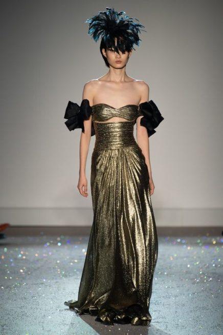 <p><strong>Giambattista Valli - جيامباتيستا فالي</strong></p> <p>الفتي الانظار اليك في السهرات المختلفة مع هذا الفستان الطويل اللماع باللون الذهبي المصمم بقصة متناسقة مع الجسم والاكمام المنسدلة المعقودة بشكل فيونكة.</p>