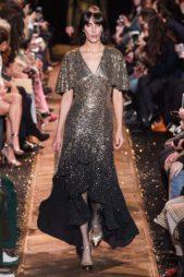 <p><strong>Michael Kors - مايكل كورس </strong></p> <p>من مايكل كورس اخترنا لكِ هذا الفستان البرّاق والمكسو كلّه بالترتر بلوني الذهبي والاسود لتختاريه لأهم سهراتك ومناسباتك.</p>