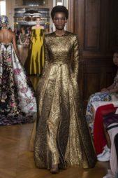 <p><strong>Valentino - فالنتينو</strong></p> <p>لاطلالة ملكية في الحفلات والمناسبات الضخمة اختاري الفستان الطويل المصمم من القماش الذهبي اللماع مع الطيات المختلفة عند القسم السفلي لاناقة مبهرة.</p>