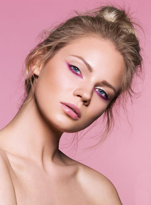 كوني مبتكرة في تطبيق المكياج الزهري لحفلاتك حيث تختارين المكياج الناعم جداً مع ابراز عينيك بالآيلاينر الزهري عند الجفن السفلي مع مده الى الاعلى عند الجهة الخارجية للعين.