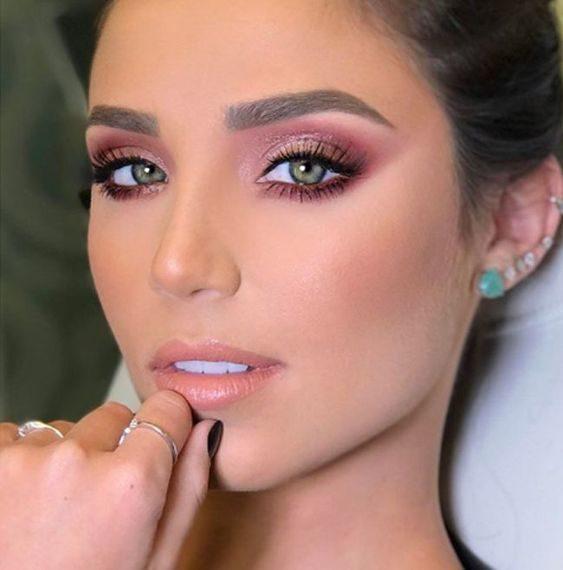لمناسباتك المختلفة التي ترغبين بابراز جمال عينيك باسلوب ناعم طبقي المكياج الزهري مع الذهبي على العينين لتحصلي على نظرة آسرة.