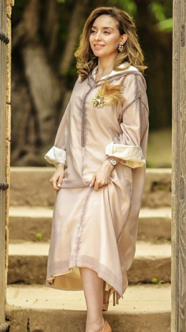 ان كنت ترغبين بارتداء الجلابية لحفلات الصيف الحيوية، اختاريها باللون البرونزي اللماع بشكل خفيف مع البروش على شكل وردة ذهبية تزين الصدر.