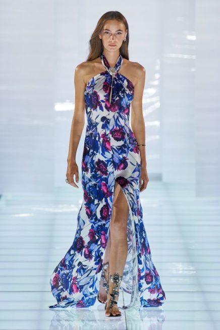 <p><strong>Azzaro - آزارو</strong></p> <p>اطلالة حيوية ومنعشة مع هذا الفستان الطويل المتناغم مع الجسم بسلاسة تزينه النقشات الملونة بالازرق والابيض والبنفسجي المستوحاة من الطبيعة مع الاكتاف المكشوفة.</p>