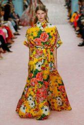 <p><strong>Carolina Herrera - كارولينا هيريرا</strong></p> <p>تألقي في هذا الصيف بفستان مشجر مع هذا التصميم حيث تميز بقصته الطويلة الكلوش ولونه الأصفر المزين بنقشات ملونة مستوحاة من الطبيعة.</p>