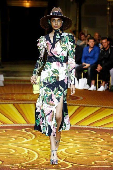 <p><strong>Christian Siriano - كريستيان سيريانو </strong></p> <p>اناقة ونعومة بارزتان في هذا التصميم المبتكر والبسيط حيث تميز الفستان بقصته الميدي الكلوش مع النقشات الملونة المستوحاة من الطبيعة.</p>