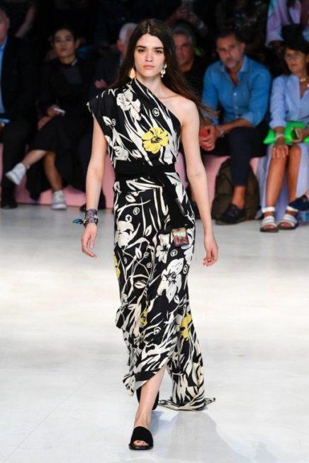 <p><strong>Etro - ايترو </strong></p> <p>انوثة صاخبة احصلي عليها مع هذا الفستان الميدي بقصته المستقيمة ذات الكتف الواحد بلونيه الاسود والابيض تزينه النقشات البيضاء والصفراء لحيوية اكبر.</p>