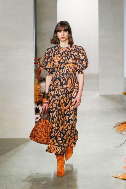<p><strong>Ulla Johnson - أولا جونسون</strong></p> <p>فستان مميز بقصته المنسدلة مع الاكمام الواسعة الفضفاضة والكشاكش عند الاسفل، تضفي النقشات البرتقالية الحيوية الى لونه الكحلي.</p>