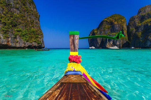 """<p dir=""""RTL""""><strong>جزيرة كو في في</strong><strong>–</strong><strong>Ko Phi Phi</strong></p> <div>الصخور الضخمة والمياه الصافية تعد مصدر جذب للسياح في كو في في</div>"""