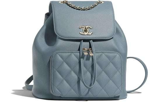 اللون الازرق الفاتح مناسب جداً لهذه الحقيبة للظهر الصغيرة المصنوعة من الجلد مع الجيبة الصغيرة عند الجهة الامامية يزيّنها شعار الدار باللون الفضي.