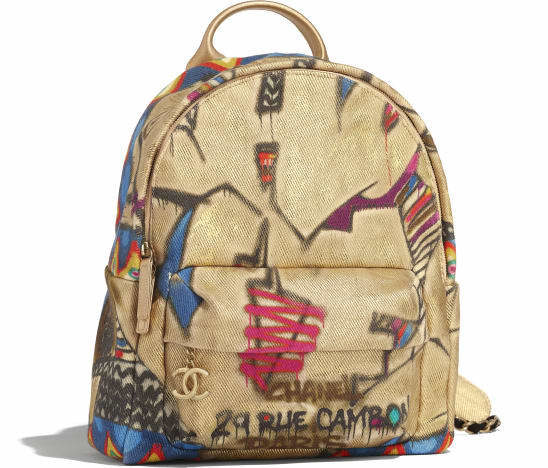 يمكنك أن تتميزي في اطلالة عصرية حيوية مع هذه الحقيبة من دار شانيل المصممة باللون البيج والمزينة بنقشات ملونة من وحي الغرافيتي.