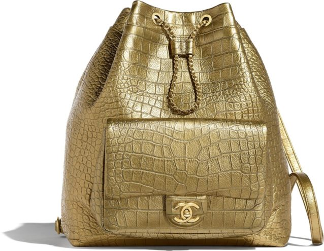 يمكنك أن تختاري هذه الحقيبة للظهر من دار شانيل باللون الذهبي مع الجيبة الامامية البارزة التي تحمل شعار الدار الذهبي ايضاً الى جانب الحزام الرفيع باللون الذهبي.