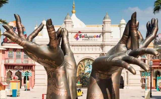 نقوش هندية، وحناء... عناصر مستوحات من أفلام بوليوود.
