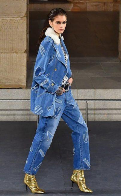 <p><strong>Chanel شانيل </strong></p> <p>للمرأة العملية التي تبحث عن اطلالة رسمية مبتكرة اليك هذه البدلة من الجينز المزينة بنقشات ملونة تضفي الفرادة الى اطلالتك.</p>