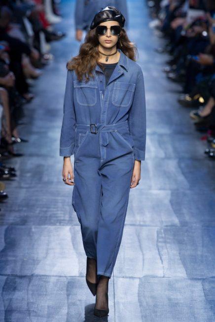 <p><strong>Dior ديور </strong></p> <p>اطلالة رسمية ناعمة وعصرية في الوقت عينه مع هذا الجمبسوت الجينز الواسع المنسق مع البلوزة السوداء أسفله يزينه الحزام الجينز عند الخصر.</p>