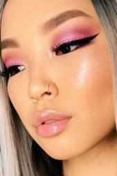 <strong></strong>إتّجهي نحو هذا المكياج المميز الذي يرتكز على توزيع ظلال العيون باللون الوردي الدافئ بطريقة كلاسيكية مع رسم الآيلاينر الأسود المجنح، وتطبيق أحمر شفاه غلوسي وشفاف.