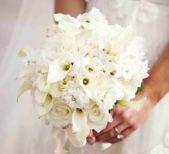 تجتمع 3 أنواع من الازهار البيضاء في هذه الباقة: الياسمين، الورد وزنبق الكالا، ما يجعلها مسكة رائعة في هذا اليوم المميّز.
