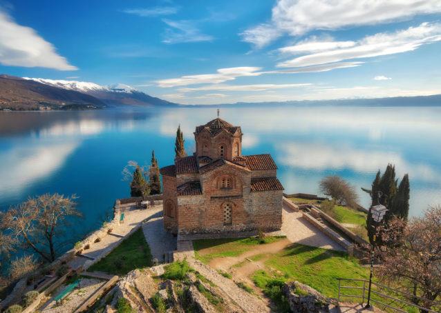 "<p dir=""RTL""><strong>مقدونيا – </strong><strong>Macedonia</strong><strong></strong></p> <p dir=""RTL"">تتكون مقدونيا من مزيج من الحضارات التاريخية والحديثة، فتجدين في هذه الوجهة الأوروبية الرخيصة قلاعاً مهيبة تحاكي التراث إضافة إلى المنتجعات العصرية التي تؤمن للزوار أروع النشاطات والمغامرات.</p>"