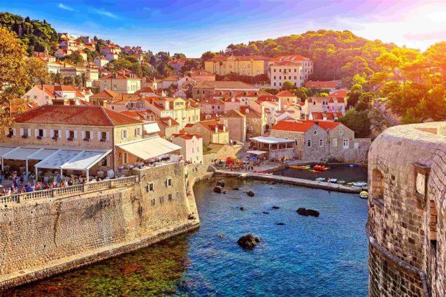 "<p dir=""RTL""><strong>كرواتيا – </strong><strong>Croatia</strong><strong></strong></p> <p dir=""RTL"">تنضم كرواتيا أيضاً إلى مجموعة البلدان الأوروبية الرخيصة والكريمة التي تقدم عروضاً كثيرة لزوارها خاصة في المطاعم التي تقدم أشهى أنواع الأكلات المحلية الغريبة.</p>"