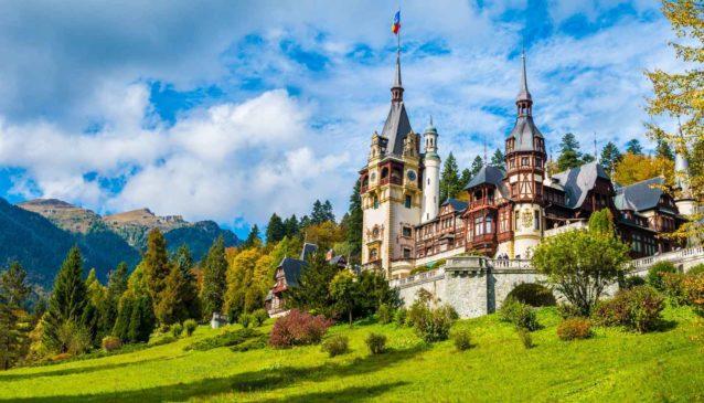 "<p dir=""RTL""><strong>رومانيا - </strong><strong>Romania</strong><strong></strong></p> <p dir=""RTL"">تستقطب رومانيا عدداً كبيراً من السياح يومياً وذلك بسبب تكاليف زيارتها المنخفضة وغناها التاريخي، الثقافي والطبيعي، فتشتهر هذه الدولة الأوروبية بجمال مدنها الأخّاذ، ريفها الهادئ وحياتها الليلية المزدهرة.</p>"