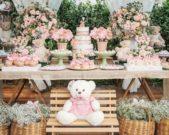 إذا كنت تنوين تنظيم حفل البيبي شاور في الحديقة طبّقي هذه الفكرة الجذّابة التي ترتكز على الورود والأزهار بأنواعها المختلفة، مع توزيع الدمى الناعمة والمتناسقة مع الثيم.