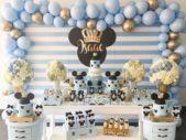إستخدمي البالونات بلونيها الأزرق والذهبي إضافة إلى الأكسسوارات والأزهار وطبّقي ثيم ميكي ماوس المميز.