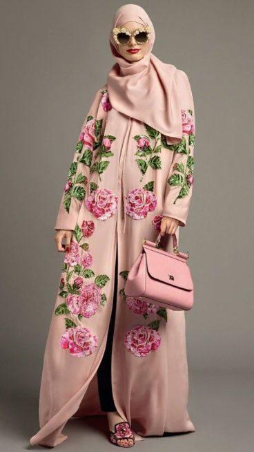 من الوان العبايات التي يمكنك اختيارها في الصيف هو اللون الزهري الفاتح المزينة بتنقشات الازهار الكبيرة باللون الزهري الداكن والاوراق الخضراء المحيطة بها.