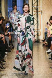 <p><strong>Emilio Pucci - إميليو بوتشي </strong></p> <p>تألقي بهذا الفستان المميز بنقشاته الملونة التي تمنحك الحيوية والاناقة وزيني خصرك بحزام ملون فاخر.</p>