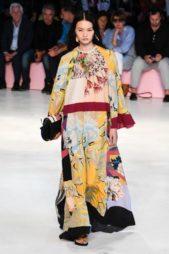 <p><strong>Etro - ايترو</strong></p> <p>حيوية أكبر احصلي عليها مع هذا الفستان الطويل المميز بنقشاته الملونة المستوحاة من الطبيعة مع الكشاكش الناعمة عند الاكمام.</p>