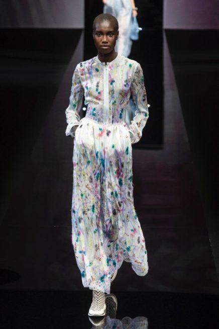 <p><strong>Giorgio Armani - جورجيو أرماني</strong></p> <p>تميزي باطلالة ملفتة مع حجابك بهذا الفستان الطويل باللون الابيض المزين بنقشات ملونة تضفي الحيوية.</p>