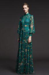 <p><strong>Tadashi Shoji - تاداشي شوجي</strong></p> <p>إن كنت تحبين الملابس المزينة بنقشات الازهار وترغبين بتنسيقها مع حجابك، إليك هذا الفستان الناعم بلونه الاخضر المميز وازهاره الملونة.</p>
