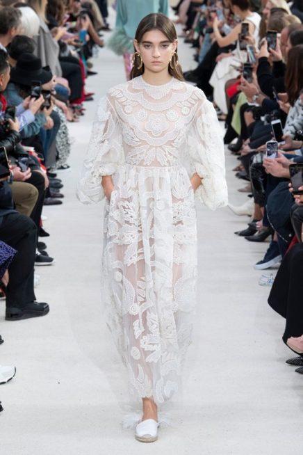 <p><strong>Valentino - فالنتينو </strong></p> <p>فستان ناعم باللون الأبيض مناسب للمراة المحجبة يتميز باكمامه الفضفاضة ونقشاته البيضاء على شكل أزهار.</p>